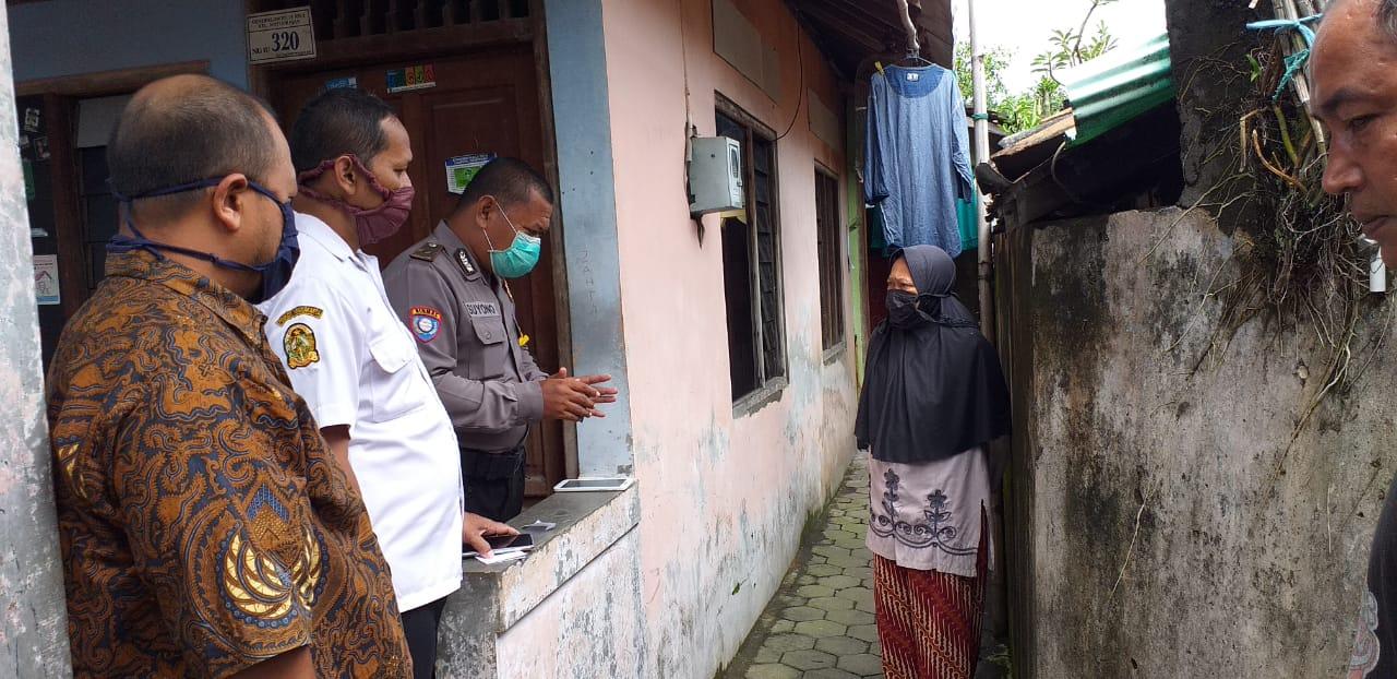 Bersama Bhabinkamtibmas, Ketua RW 3 Notoprajan Catat Data Pendatang