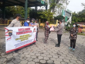 Polsek Ngampilan Berikan Bantuan Sosial Kepada Warga Notoprajan Dalam Rangka HUT Bhayangkara Ke-75